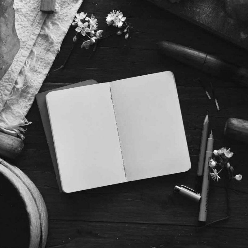 Lektorat: Schreibtisch mit Notizbuch