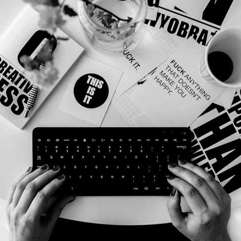 Schreibtisch mit Text. Texte für Blogs, Websites und Broschüren.